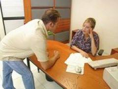Sekträterin mit großen Titten im Büro
